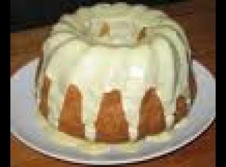 bolo de abacaxi com cobertura de chocolate branco
