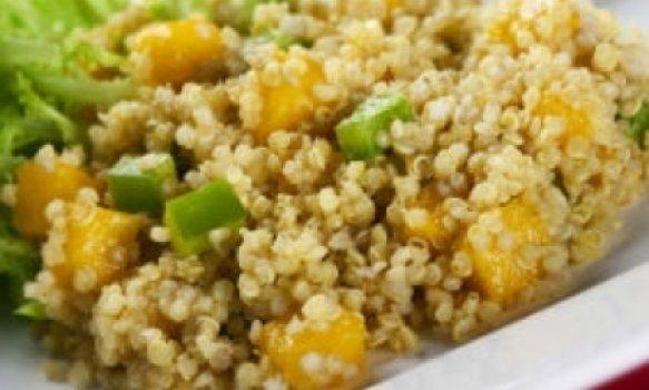 Salada de quinua com molho de pêssego e curry