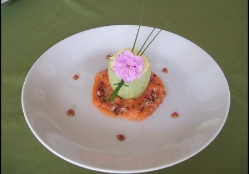 Abobrina Recheada com Cogumelos Fresco com Carpaccio de Salmão e Molho de Pimenta