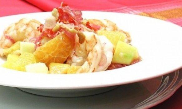 Salada thai com camarão e frutas