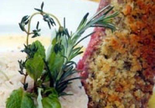 Carré de cordeiro em crosta crocante e arroz de hortelã