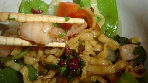 Talharim Oriental com Legumes e Camarão