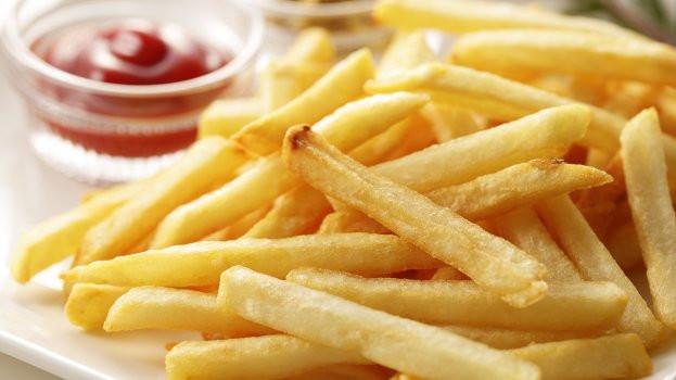 Batata frita na air fryer sequinha e crocante para comer seu lanche mais feliz