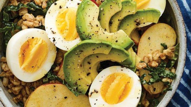 Salada Proteica com Abacate e Ovos