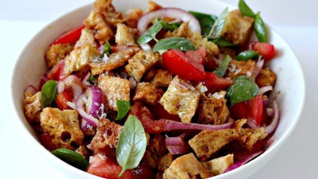 Salada de pão com tomate e orégano