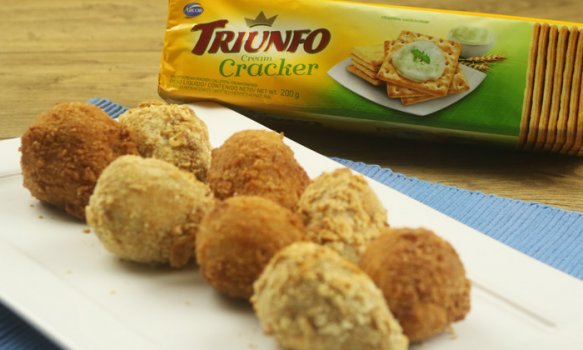 Coxinha de Frango com biscoito Triunfo Cracker