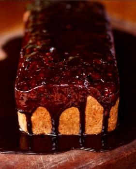 Bolo de Pinhão com Calda de Chocolate