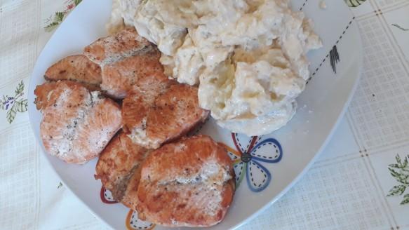 Medalhão de salmão com batatas cremosas