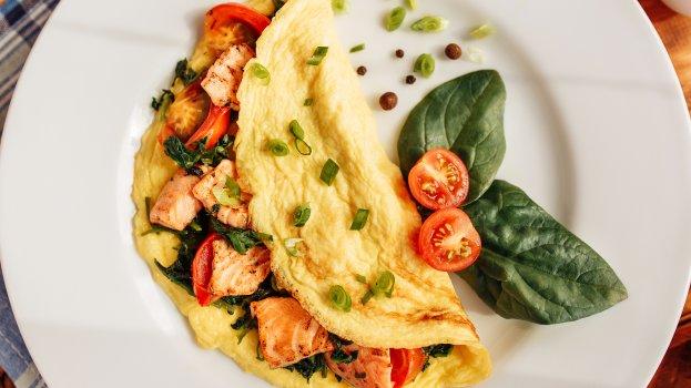 Omelete Proteico de Salmão, Cottage e Tomate