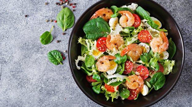 Salada Proteica de Camarão com Molho de Iogurte