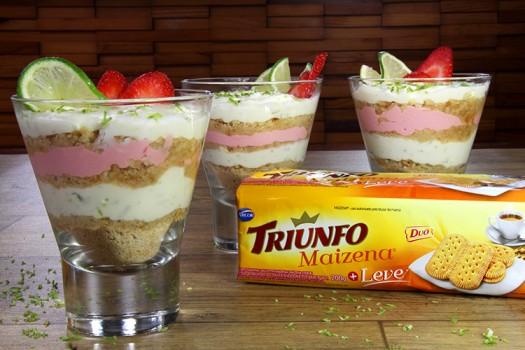 Mini Pavês de Limão e Morango com Biscoito Triunfo Maizena