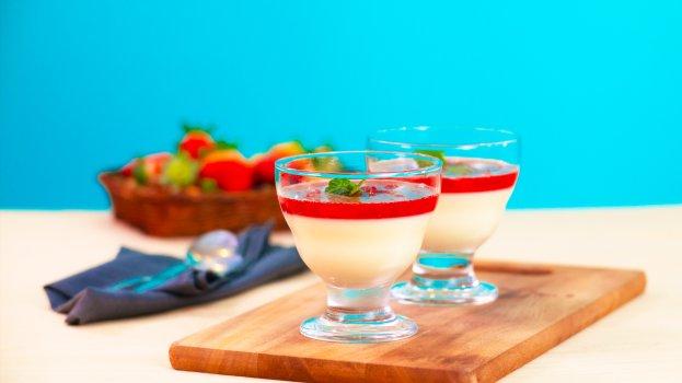 Pannacotta de Iogurte com Calda de Morango