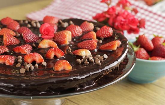 Bolo de Chocolate com Morangos na Frigideira | CyberCook