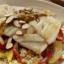 Bacalhau do Alasca ao estilo marroquino com salada de manga e cenoura