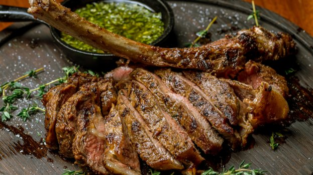 Tomahawk Steak na Brasa com Molho Chimichurri