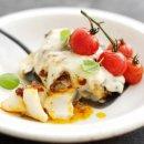 Bacalhau do Alasca com tomate, mozzarella e manjericão