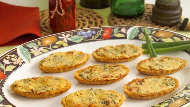 Barquete de alho poró, presunto e queijo