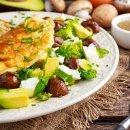 Omelete recheado com cogumelos e avocado