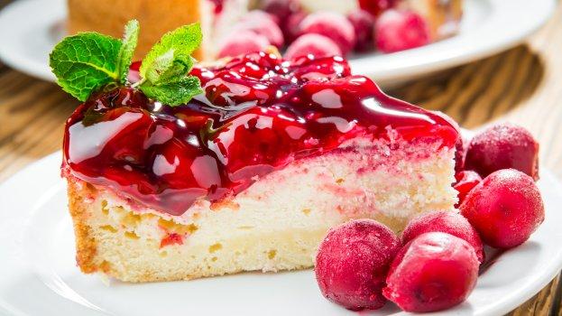 Bolo de Iogurte com Calda de Frutas Vermelhas