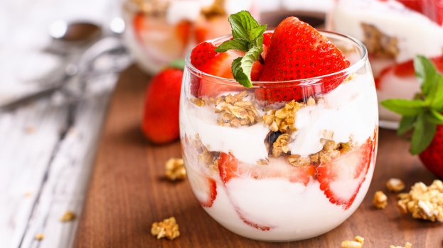Iogurte Natural Mel com Aveia e Morango no Potinho